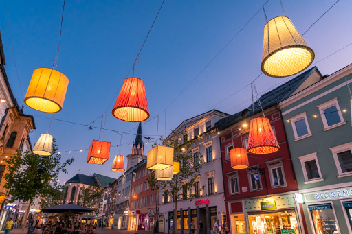 Die City als schönstes und größtes Wohnzimmer Österreichs: Die Villacher Innenstadt verwandelt sich in den Sommermonaten mit ganz besonderen Inszenierungen sowie vielen kleinen aber feinen Events in eine heimelige Wohlfühlzone.