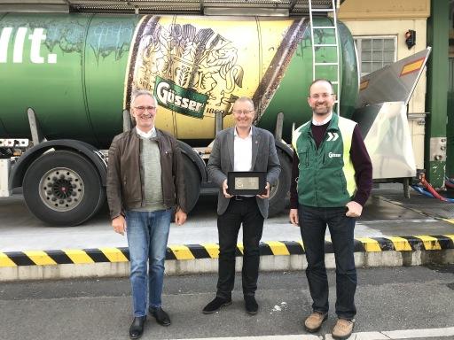 MARKET Institutsvorstand Werner Beutelmeyer (Mitte) freute sich, den beiden Braumeistern Andreas Werner (l.) und Markus Baumann (r.) die Trophäe vor Ort überreichen zu können.