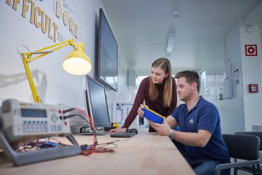Arbeiten an Innovationen im Miba Makerspace - Foto von vor Corona Pandemie