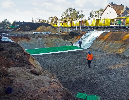 Regenwasserversickerungsprojekte entlang der polnischen Eisenbahnlinie E59 sind Teil der laufenden Modernisierung der EU-Ten-T-Standards. Pipelife liefert 12 Versickerungsanlagen mit einer Rückhaltekapazität, die dem Volumen eines olympischen Schwimmbeckens entspricht.