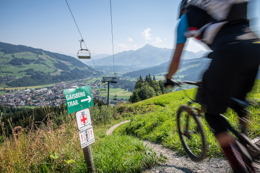 Fahrspaß vom Feinsten bei bestem Bergpanorama – diese Kombination erwartet Downhill-Begeisterte auf den Biketrails von KitzSki.