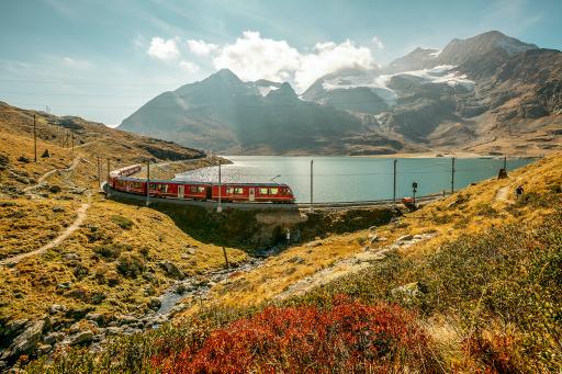 Rhätische Bahn (RhB) am Lago Bianco auf dem Berninapass mit Piz Bernina.