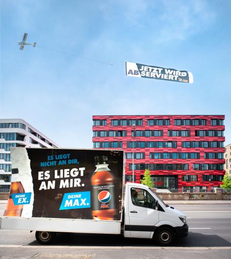 """Abserviert per Himmelsschreiber: PepsiCo erteilt seinem größten Konkurrenten heute in Berlin in luftiger Höhe eine Absage. Mit seiner Kampagne """"Deine Ex. Deine MAX"""" ermutigt Deutschlands zweitgrößter Nahrungsmittelkonzern Verbraucher dazu, mit alten Gewohnheiten zu brechen und sich offen für Veränderungen zu zeigen. Raus aus der Komfortzone - rein ins Leben. """"Beim Cola-Kauf fahren zu viele Verbraucher auf Autopilot. Wir sehen viel Gewohnheit, viel Langeweile. Genau das wollen wir ändern"""", sagt Torben Nielsen, Geschäftsführer von PepsiCo. PepsiMAX bietet Verbrauchern daher maximalen Geschmack - ganz ohne Kompromisse / Weiterer Text über ots und www.presseportal.de/nr/58045 / Die Verwendung dieses Bildes ist für redaktionelle Zwecke unter Beachtung ggf. genannter Nutzungsbedingungen honorarfrei. Veröffentlichung bitte mit Bildrechte-Hinweis."""