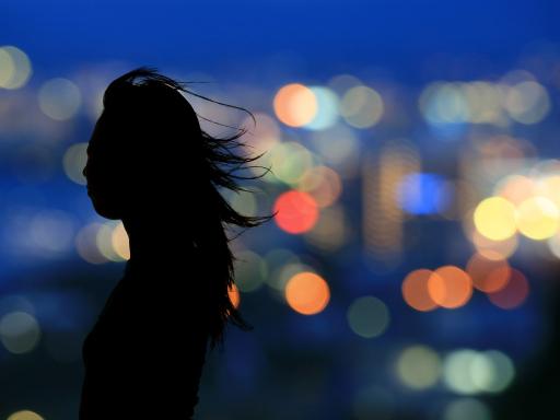 Silhouette of young woman - Der neue Wettbewerb für AmateurfotografInnen noch bis 1. Juni Fotos einreichen.