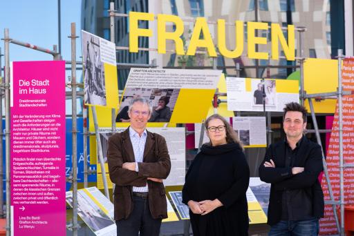 v.l.n.r.: Gerhard Schuster (CEO Wien 3420 aspern Development AG) mit den KuratorInnen der Ausstellungen Katja Schechtner und Wojciech Czaja