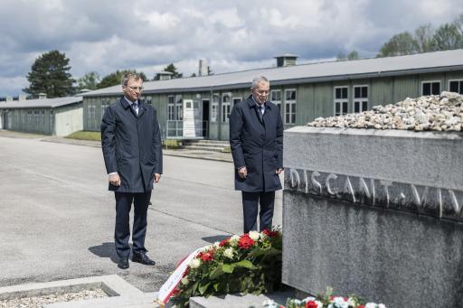 Bundespräsident Van der Bellen und Landeshauptmann Thomas Stelzer gedenken der Opfer des Nationalsozialismus.