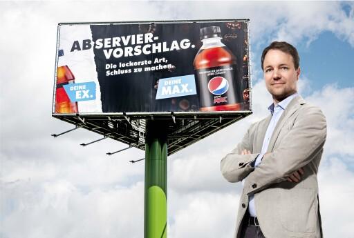 """Abserviervorschlag: Geschäftsführer Torben Nielsen ruft Strategieoffensive für PepsiCo in Deutschland aus / Für den bisherigen Marktführer hat Nielsen eine klare Botschaft: """"Deutschland und die anderen Cola-Marken werden sich auseinanderleben. Wir liefern dafür den passenden Abserviervorschlag."""" PepsiCo helfe den Verbrauchern im Rahmen der Kampagne """"Deine Ex. Deine Max"""", endgültig Schluss mit der Konkurrenz zu machen. """"Wir haben uns jetzt optimal aufgestellt - mit einem starken Führungsteam, engagierten Mitarbeitern und neuem Design. Ich bin davon überzeugt, dass wir so eine Chance haben, die 'Gewohnheitstrinker' der anderen Cola-Marken in Deutschland für uns zu begeistern"""", sagt Nielsen weiter. / Weiterer Text über ots und www.presseportal.de/nr/58045 / Die Verwendung dieses Bildes ist für redaktionelle Zwecke unter Beachtung ggf. genannter Nutzungsbedingungen honorarfrei. Veröffentlichung bitte mit Bildrechte-Hinweis."""