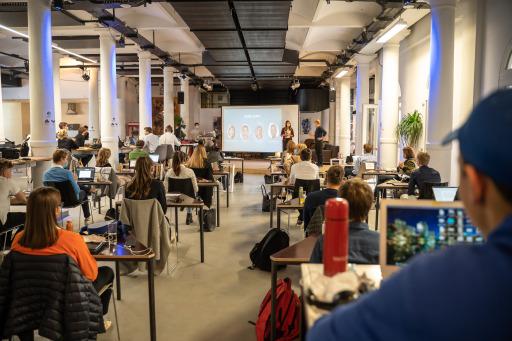 Jugendliche präsentieren ihre innovativen Ideen am Ende der Entrepreneurship Week der Jury