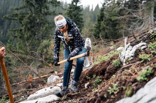 Schutzwaldaufforstung/Waidring - Nicole Hosp pflanzt Jungbäume für den Schutzwald.