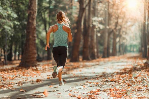 Woman Jogging Outdoors In Autumn in Public Park / Weiterer Text über ots und www.presseportal.de/nr/104263 / Die Verwendung dieses Bildes ist für redaktionelle Zwecke unter Beachtung ggf. genannter Nutzungsbedingungen honorarfrei. Veröffentlichung bitte mit Bildrechte-Hinweis.