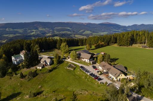 Luftaufnahme des Gasthof Orthofer in St. Jakob im Walde - ein perfekter Ort für einen Urlaub auf der Alm