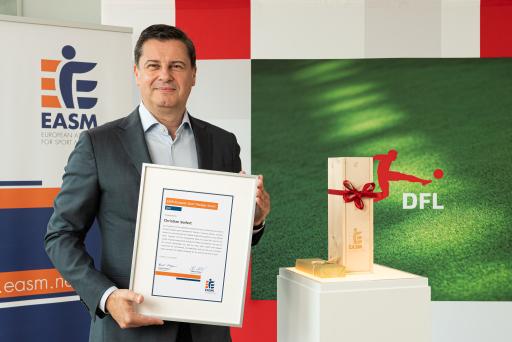 Christian Seifert mit dem EASM European Sport Manager Award 2021 in der DFL-Zentrale / Weiterer Text über ots und www.presseportal.de/nr/156064 / Die Verwendung dieses Bildes ist für redaktionelle Zwecke unter Beachtung ggf. genannter Nutzungsbedingungen honorarfrei. Veröffentlichung bitte mit Bildrechte-Hinweis.