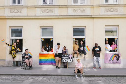 Die FENSTERL PARADE setzt sich für die Sichtbarkeit und Rechte der LGBTIQ-Community ein. Die FENSTERL PARADE ist intersektional, barrierefrei und cute af ;)