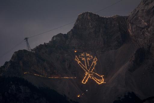 Mehrere hundert Figuren aus Flammen sorgen zur Sonnenwende in der Tiroler Zugspitz Arena für ein ganz besonderes Spektakel.