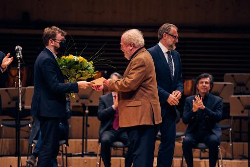 """Concours Géza Anda 2021, Award Ceremony, Zurich, 5 June 2021 1st Prize Anton Gerzenberg (left) Gerhard Oppitz (Chairman of the Jury) Grazian Anda (Patron) (c) Géza Anda-Foundation/Dmitry Khamzin, 2021 / Weiterer Text über ots und www.presseportal.ch/de/nr/100058164 / Die Verwendung dieses Bildes ist für redaktionelle Zwecke honorarfrei. Veröffentlichung bitte unter Quellenangabe: """"obs/Géza Anda-Stiftung"""""""