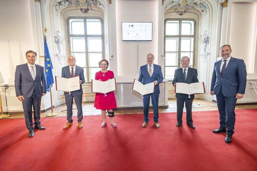 Edith Hornig, Peter Florian, Eduard Hamedl und Manfred Rupprecht wurden von Bürgermeister Siegfried Nagl zu BürgerInnen der Stadt Graz ernannt. Neben weiteren Mitgliedern der Stadtregierung war auch Vizebürgermeister Mario Eustacchio anwesend.