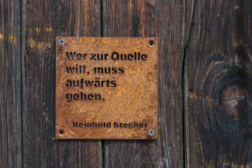 """Vier ausgewählte Zitate aus dem unerschöpflichen """"Berg-Werk"""" von Reinhold Stecher wurden in kleine Eisentafeln geschnitten."""