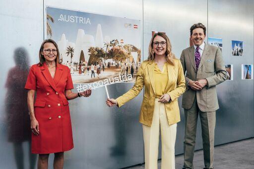 v.l.n.r. Regierungskommissärin Dr. Beatrix Karl, Dr. Margarete Schramböck, Bundesministerin für Digitalisierung und Wirtschaftsstandort, sowie Dr. Harald Mahrer, Präsident der Wirtschaftskammer Österreich, im Rahmen der PK zur EXPO 2020 Dubai.