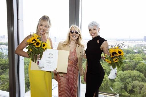 look! Herausgeberin Uschi Pöttler-Fellner (m.) umringt von Claudia Kriechbaumer (l.) und Marlies Pinsker (r.) von der Cambio Beautyacademy.