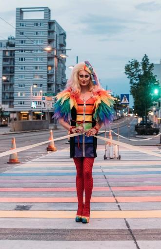 Candy Licious eröffnet den Regenbogen-Zebrastreifen am Simmering Platz