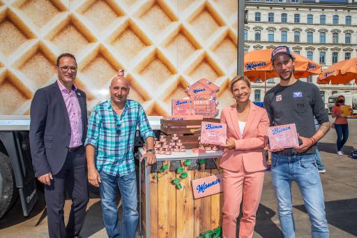 vlnr Manner CEO Mag. Andreas Kutil, Christoph Fälbl, Kristina Sprenger und Ex-Skispringer Martin Koch