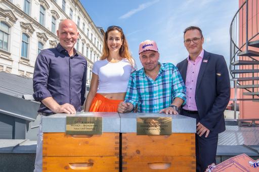 vlnr Imkermeister Thomas Zelenka, Bienenpaten Nina Hartmann und Christoph Fälbl und Manner CEO Mag. Andreas Kutil