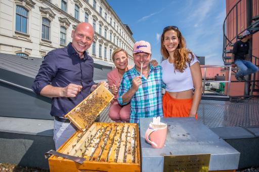 vlnr Imkermeister Thomas Zelenka, Moderatorin Kristina Sprenger und Bienenpaten Christoph Fälbl und Nina Hartmann