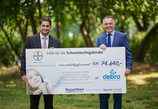 Im Bild (v.l.n.r.): Gustavo Gomez, Landesleiter Consumer Health bei Bayer Austria, Dr. Rainer Riedl, Obmann und Mitgründer von DEBRA Austria
