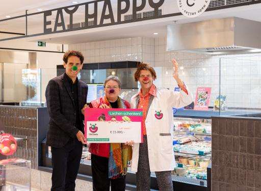 v.l.n.r.: Florian Bell (CEO EATHAPPY Österreich), Liane Steiner (Generalsekretärin der CliniClowns Austria) und Dr. Disco von den Cliniclowns bei der Scheckübergabe im neuen EATHAPPY Shop in den Wiener Ringstraßengalerien.