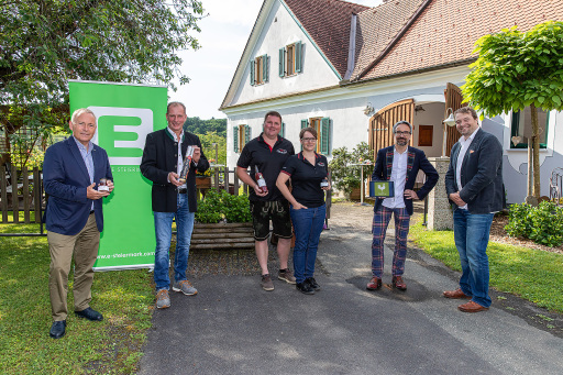 """Energie Steiermark beteiligt sich an Direktvermarkter-Plattform """"AbHof"""". V.l.n.r. Christian Purrer (Energie Steiermark), Franz Habel (Vulcano), Rene Gruber und Beatrix Lechner (Gruber's Fruchtzauberei) und Gerhard Günther mit Hannes Harborth (AbHof)"""