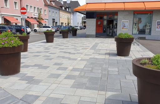 Hauptplatz Attnang-Puchheim, OÖ Betonpflasterflächen helfen nachweislich, die Hitze in der Stadt zu senken, und verbessern das urbane Mikroklima.