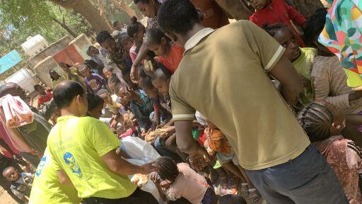 In Adwa werden von Jugend Eine Welt-Partnern Nahrungsmittel verteilt.