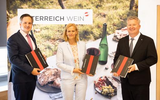 v.l.n.r.: Johannes Schmuckenschlager (Präsident Österreichischer Weinbauverband), Susanne Ertler-Staggl (Projektleitung ÖWM), Chris Yorke (Geschäftsführung ÖWM)