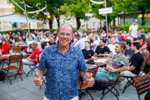Gastro-Obmann Peter Dobcak beim Public Viewing im alten AKH.