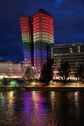UNIQA Tower erstrahlt anlässlich der Pride 2021 in den Farben des Regenbogens