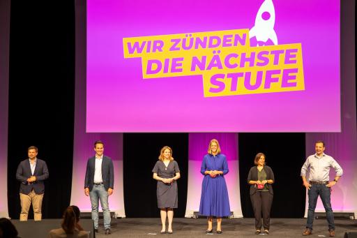 Die NEOS-Parteivorsitzende Beate Meinl-Reisinger ist heute bei der NEOS-Mitgliederversammlung in Linz mit 93 Prozent der Stimmen als Parteivorsitzende wiedergewählt worden.