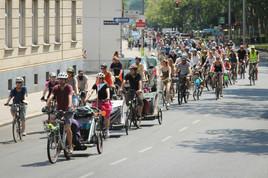 250 demonstrierten für den Radweg Krottenbachstraße jetzt!