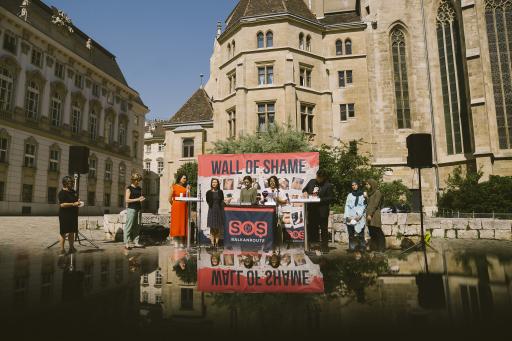 """Das """"Black Book of Pushbacks"""", in welchem mehr als 13.000 Menschenrechtsverletzungen und 900 Zeug:innenaussagen mit Belegen festgehalten sind, wurde vor dem Innenministerium - vor einer eigens gemachten """"Wand der Schande"""" mit Bildern der Verletzungen von Geflüchteten - an Gudrun Kugler (ÖVP), Ewa Ernst-Dziedzic (Grüne), Nurten Yilmaz (SPÖ) und Stephanie Krisper (NEOS) übergeben. Foto: Marcella Ruiz Cruz"""