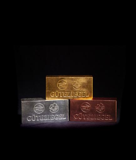 """In der 35. Ausgabe des Wiener Stadterneuerungspreises wurden Preisträgerprojekte erstmals mit der Trophäe Wiener """"Güteziegel"""" in Gold, Silber und Bronze ausgezeichnet."""