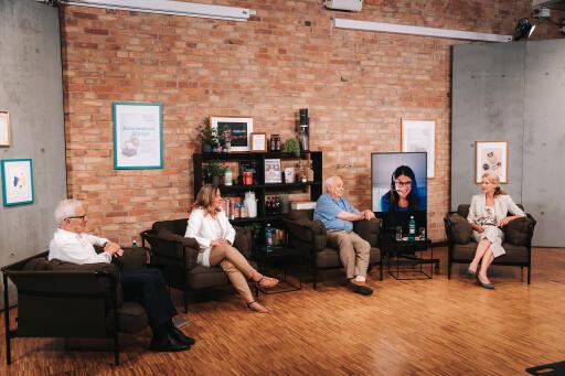 Die Referent:innen Prof. Dr. Klaus Roth, Dr. Kathrin Ohla, Prof. Dr. Klaus-Dieter Jany sowie Isabelle Begger, Vorsitzende des Süßstoff-Verband e.V., und Ernährungswissenschaftlerin Anja Roth (von l. n. r.) diskutieren mit den virtuell zugeschalteten Teilnehmenden zum Thema Süße. ©Süßstoff-Verband e.V. / Weiterer Text über ots und www.presseportal.de/nr/113528 / Die Verwendung dieses Bildes ist für redaktionelle Zwecke unter Beachtung ggf. genannter Nutzungsbedingungen honorarfrei. Veröffentlichung bitte mit Bildrechte-Hinweis.
