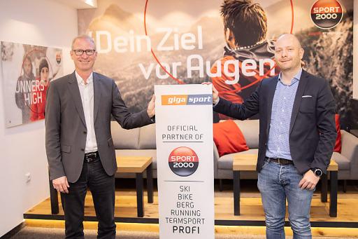 Dr. Holger Schwarting, Vorstand von SPORT 2000 Österreich (links) und Jens Kramny, Gesamtleitung Gigasport Österreich freuen sich, über den Ausbau der strategischen Zusammenarbeit.
