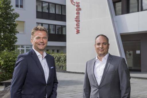 Von links: Stefan Gubi und Roman Seitweger sind nun gemeinsam für die Leitung der gesamten Windhager Unternehmensgruppe verantwortlich. (Fotocredit: Franz Neumayr)