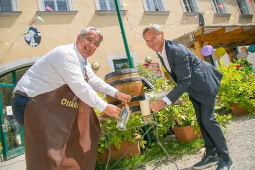 Der Bieranstich wurde professionell von Bezirksvorsteher Ernst Nevrivy gemeinsam mit Ottakringer-Vorstand Alfred Hudler vollzogen.