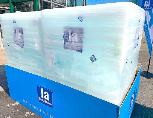 Überdimesnionaler Eisblock macht auf wichtiges Anliegen aufmerksam.