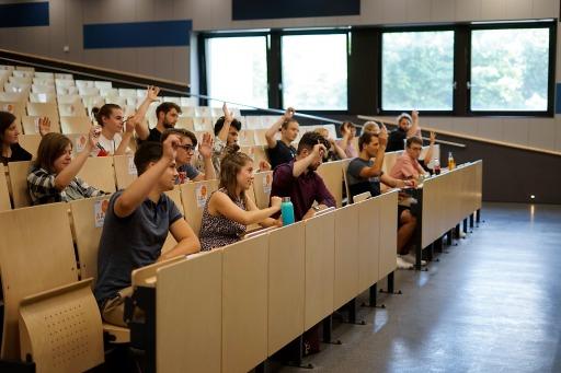 Die 19 UV-Mandatare bei einer Abstimmung in der konstituierenden Sitzung der UV (Universitätsvertretung)