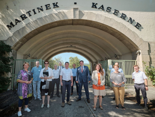 von links Vizebürgermeisterin Helga Krismer (Baden), Gerhard Bartak (NÖM), Theresia Vogel (KLIEN), Berger (NÖM), Johannes Sailer (MIMZ), Wolfgang Hribernik (NEFI und AIT), Christian Maurer (Biz-Up und NEFI), Bürgermeister Stefan Szirucsek (Baden), Projektleiterin Edith Haslinger (AIT), Thomas Kienberger (Montanuni Leoben und NEFI), Bürgermeisterin Helene Schwarz (Sooß), Gerfried Koch (Energiereferat Baden)