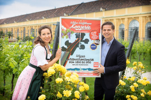 Sopranistin Simona Eisinger und Bariton Michael Havlicek freuen sich mit dem Orchester auf Stimmung und Musikvergnügen im Schloss Schönbrunn
