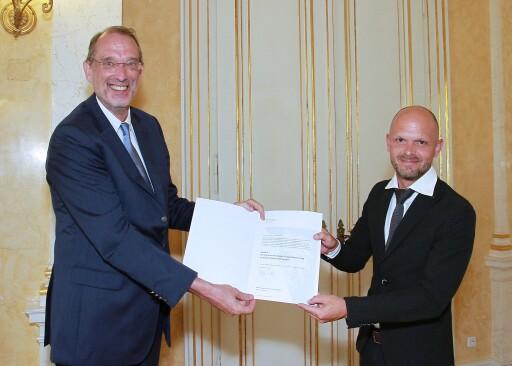 Bundesminister Faßmann und IQS-Direktor Klinglmair bei der Dekretübergabe