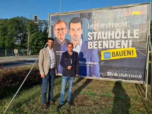 FP-NÖ-Landesparteiobmann Udo Landbauer und FP-NÖ-Verkehrssprecher Dieter Dorner präsentieren das Plakat zur Kampagne für den Bau der S8.