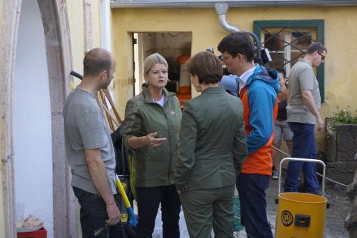 Verteidigungsministerin Klaudia Tanner bespricht mit Behörden und Einsatzorganisationen das gemeinsame Bewältigen der Unwetterkatastrophe.